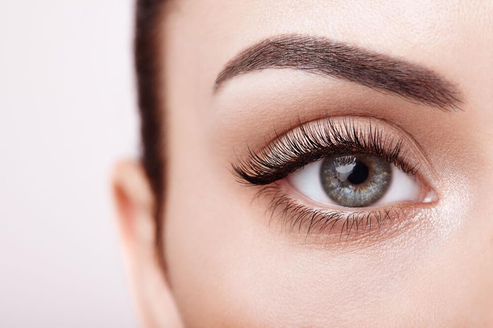 Wie du deine Augenbrauen gekonnt formst und dein Gesicht einrahmst